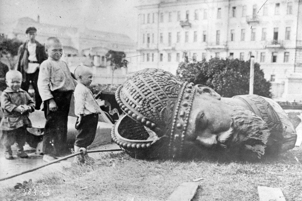 Derrocamiento del Imperio Zarista, estatua del Zar Nicolas II.